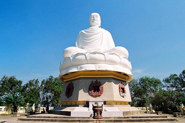 Tượng Phật trắng tại chùa Long Sơn ở Nha Trang