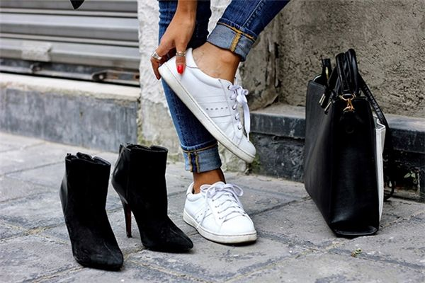 Mang nhiều loại giày dép